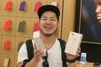 直營店首名iPhone 8買家開心秀手機