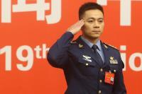 19大 航空兵某團長劉銳出席強軍採訪會