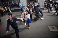 台北東區百貨週年慶開打  排隊排到對街去
