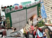 反勞基法再修  勞團燒草案抗議