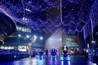 耶誕浪漫點燈 打造壯觀空中瀑布燈海