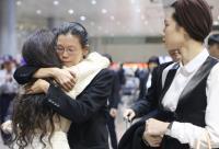 李凈瑜返台 聲援者機場擁抱打氣