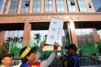 反勞基法修法高雄遊行 民眾自製標語抗議