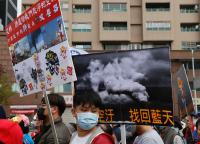 高雄反空污大遊行 民眾舉標語表訴求(1)