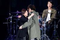 五月天演唱會 阿信與林憶蓮擁抱