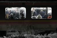 大雪阻路 数百民众受困电车