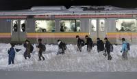 电车因大雪受阻 旅客大雪中步行