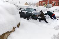 西班牙大雪淹沒汽車