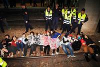 勞團臥軌抗議勞基法修法