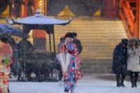 東京大雪 遊客不忘自拍