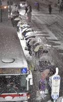 東京大雪打亂交通 民眾大排長龍等公車