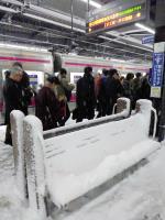 東京大雪 車站內長椅被雪覆蓋