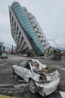 花蓮雲門翠堤大樓傾斜嚴重  車輛遭壓毀