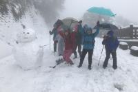 大屯山降雪 民眾開心與雪人合影