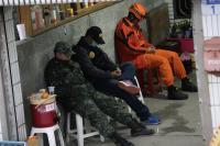 累了 搜救人員民宅旁休息