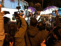 北京一家五口親屬抵花蓮 黑衣人阻拍攝