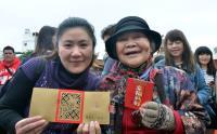 蔡总统台东拜年 民众欢喜领红包(1)