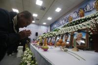 花蓮震災聯合公祭 罹難者家屬雙手合十