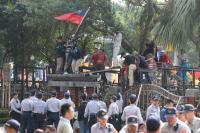 反軍人年改  抗議民眾爬上立院外牆