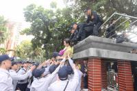 反軍人年改 民眾爬立院外牆遭制止