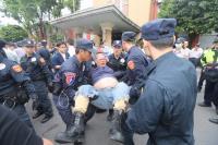 八百壯士遊行 立院正門與警爆發衝突
