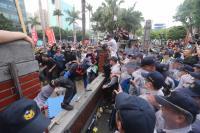 反年改八百壯士衝立院 與警爆衝突(1)