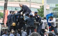 軍改案衝突 民眾爬立院外牆