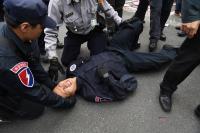 反年改八百壯士衝立院 員警混亂中受傷
