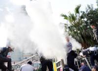 軍改案衝突 警方遭滅火器乾粉襲擊(2)