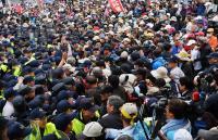 軍改案衝突 抗議群眾與警推擠