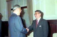 前總統李登輝(左)與藝人孫越(右)握手致意