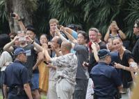 金正恩訪新加坡 民眾飯店周邊圍觀