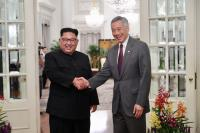 李顯龍與金正恩握手寒暄