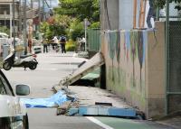 強震震倒小學圍牆