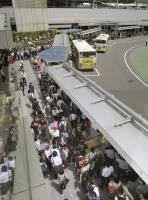 大阪地震電車停駛 公車站大排長龍