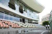 運動場玻璃震碎