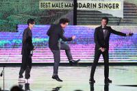 金曲29 陳奕迅再獲歌王台上開心跳