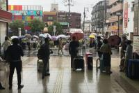 日本關西鐵道停駛  旅客排小黃
