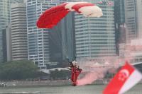 新加坡跳傘表演獲大批民眾掌聲