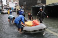 高雄岡山積水不退 區公所橡皮艇送餐