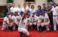 小馬聯盟冠軍隊選手與總統自拍