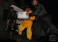 國軍夜間馳援發送物資