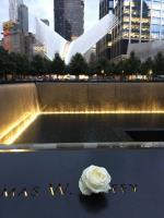 世貿中心遺址  瀑布旁刻名與鮮花紀念