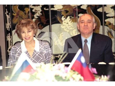 前蘇聯總統戈巴契夫伉儷20日搭機抵達台灣訪問,在抵達飯店時受到熱情的歡迎,夫婦兩人一度被歡迎的人潮所分開,但是戈巴契夫及蕾莎仍神采奕奕向四週歡迎 人潮打招呼。(中央社檔案照片)
