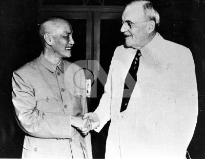 美國國務卿杜勒斯(右)訪華,與總統蔣中正(左)會商中美問題。(中央社檔案照片)