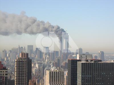 紐約市最富盛名的地標─世界貿易中心雙子星大樓11日(當地時間)上午遭到恐怖分子劫機先後衝撞,隨即發生爆炸,濃煙四起,數千名在大樓內上班的民眾立即被疏散,兩棟大樓之後相繼倒下。中央社記者黃貞貞紐約分社傳真 90年9月12日