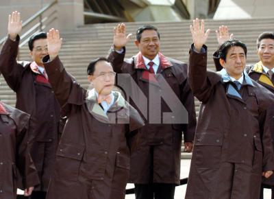 日本首相安倍晉三(前右)宣布請辭首相,結束不到一年任期。(中央社檔案照片)