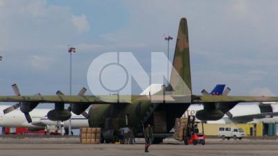 國軍2架運輸機民國102年11月12日運載物資至菲律賓,賑助海燕強颱災民。(中央社檔案照片)
