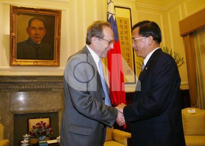 陳水扁總統(右)18日在總統府,接見美國美「中」關係全國委員會訪華團團長裴利(DR. PERRY)(左)等全體團員。(中央社檔案照片)