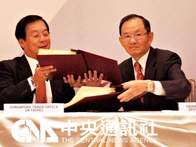 台灣與新加坡7日簽署台星經濟夥伴協定(ASTEP),雙 方關係更上一層樓。台灣由駐新加坡代表謝發達(右) 與新加坡駐台代表于文豪(左)簽署。 中央社記者呂欣憓新加坡傳真 102年11月7日